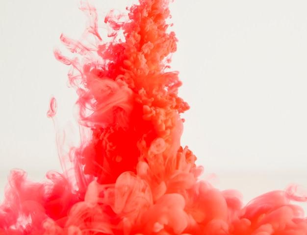 ヘイズの抽象的な重い赤い雲
