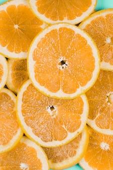 円形のオレンジスライスの背景のフルフレーム