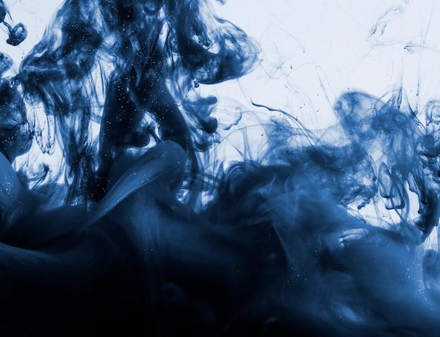 Темно-синий в облаке в воде