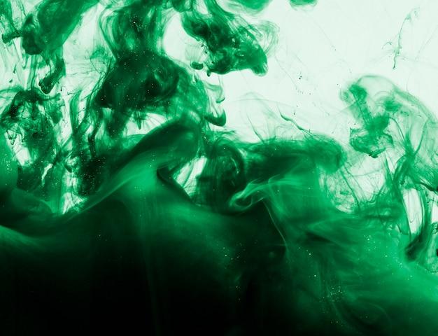 液体中の顔料の明るい緑色の雲
