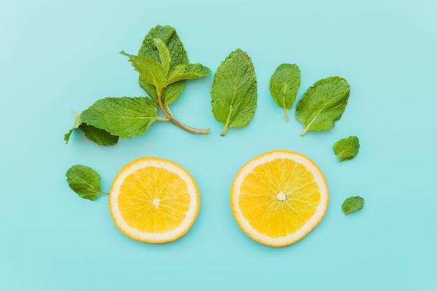 柑橘類のサークルとミントの葉の背景