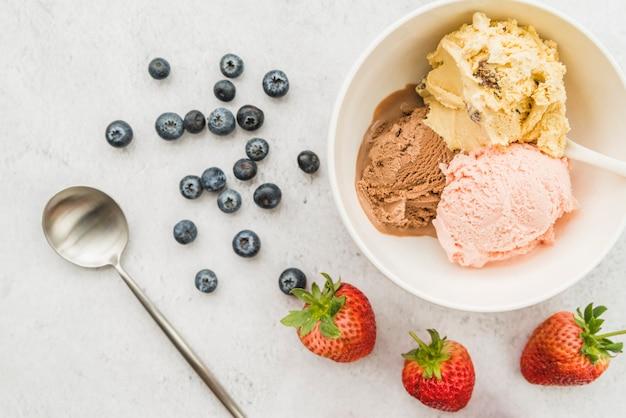 ボウルにアイスクリームと多様な果実