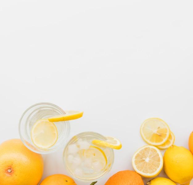 さわやかなレモンドリンクと柑橘系の果物