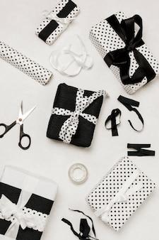 Высокий угол обзора декоративной подарочной коробки и оборудования для упаковки подарков