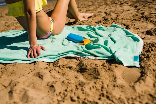 Крупным планом женщина расслабляющий на песчаном пляже