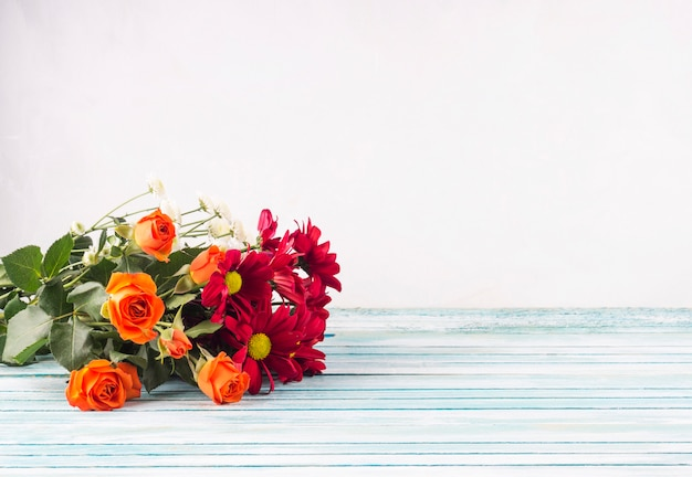 テーブルの上の明るい花の花束