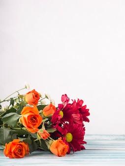 テーブルの上の花の花束