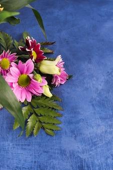 紫色の花と熱帯植物の組成