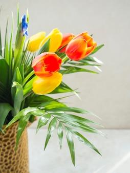 テーブルの上の花瓶にチューリップの花束