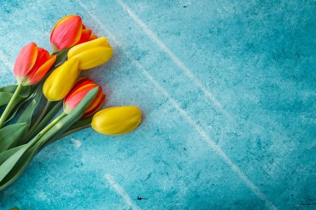テーブルの上のチューリップの花の花束