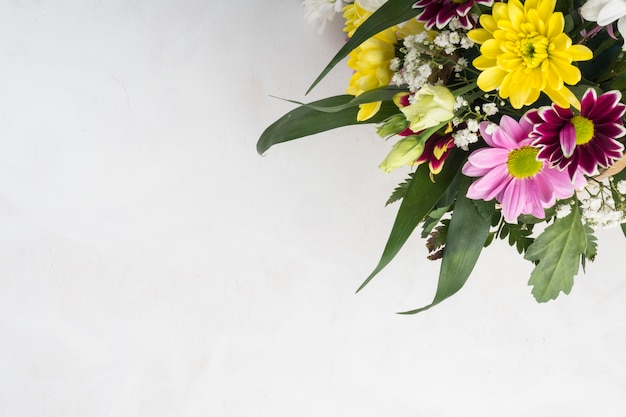 灰色の机の上に置かれた夏の花の束