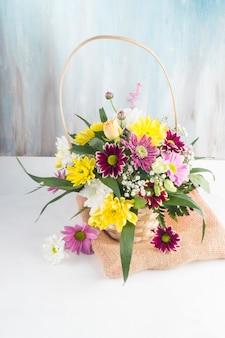 黄麻布の上に置かれたバスケットの美しい花束