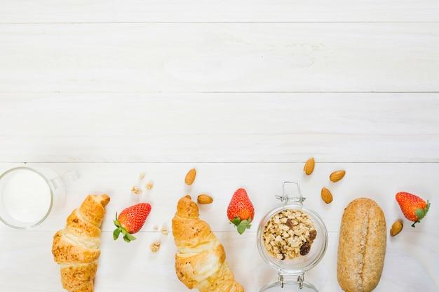 Завтрак с круассанами и фруктами