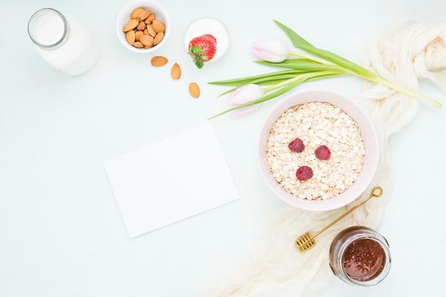 シリアルとフルーツの朝食