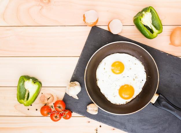 卵とフライパンでの朝食