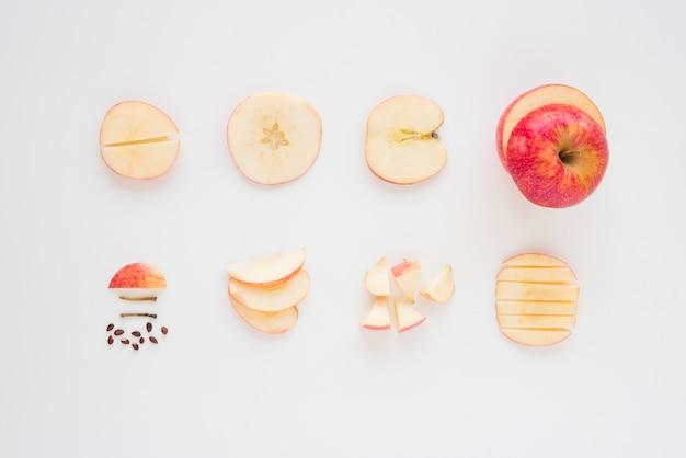 リンゴのクローズアップは白い背景の上の様々なスライスにカットします。