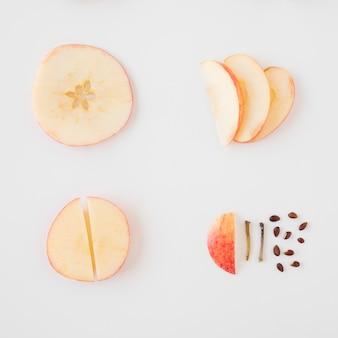 Яблоко разобрано на белом фоне