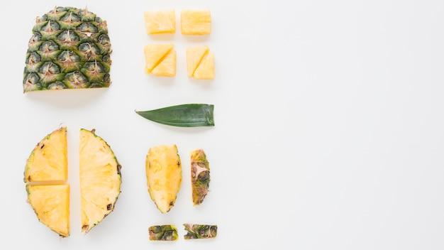 ジュースと新鮮な果物のトレイを保持している女性のクローズアップ