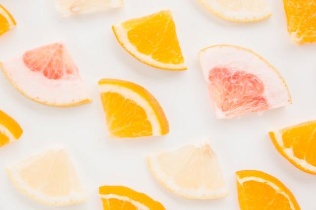 レモンのフルフレーム。白い背景の上のオレンジとグレープフルーツのスライス
