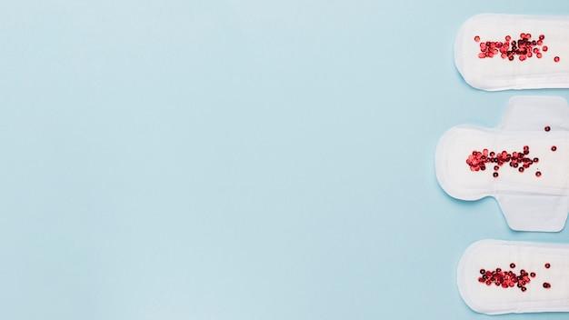 赤いスパンコールの付いたトップビュー衛生タオルライン