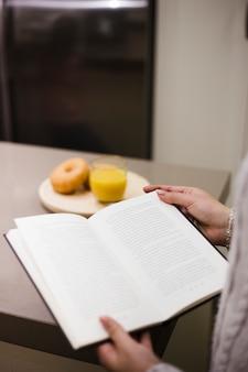 本を読んでいる人