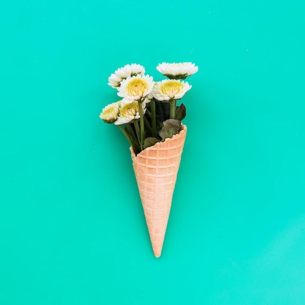 新鮮な花の束とワッフルコーン