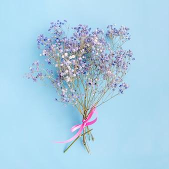 Букет из свежих цветочных веточек с лентой