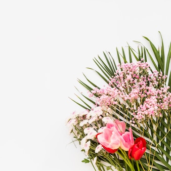 Букет из разноцветных свежих цветов и растений