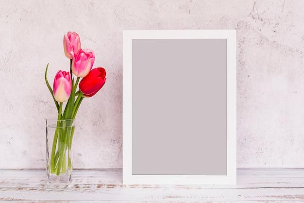 花瓶とフレームの新鮮な花