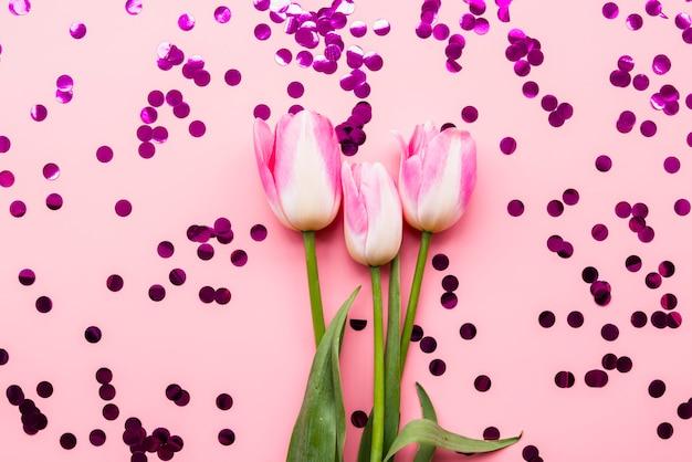 紙吹雪の中で新鮮な花