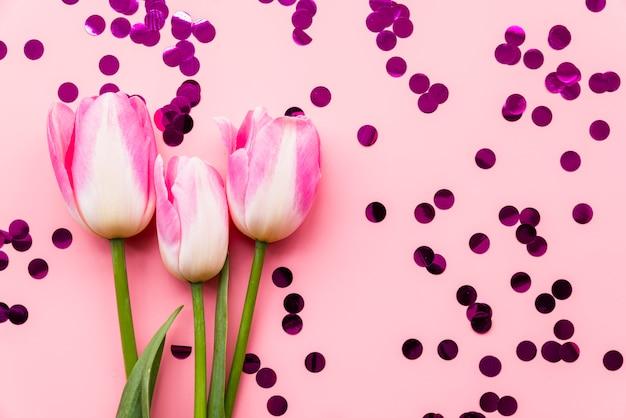 紙吹雪の間新鮮な素敵な花
