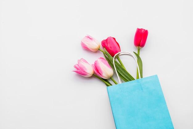 Букет свежих цветов в голубом пакете