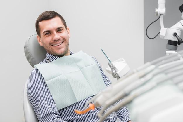 Человек у дантиста