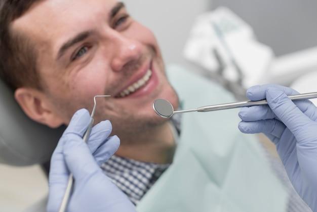 歯科医の男