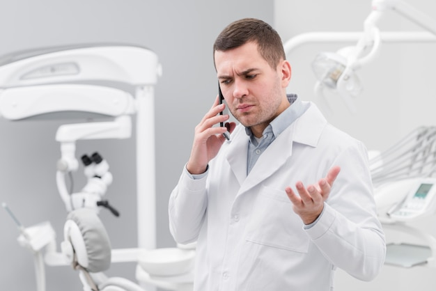 歯科医が電話をかける
