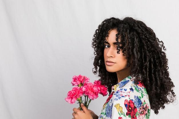 花を持つ魅力的な民族女性
