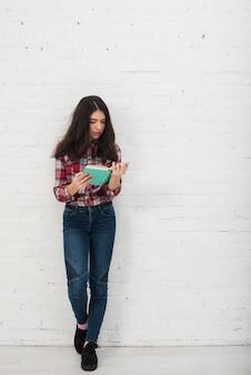 Портрет девочки-подростка с книгой
