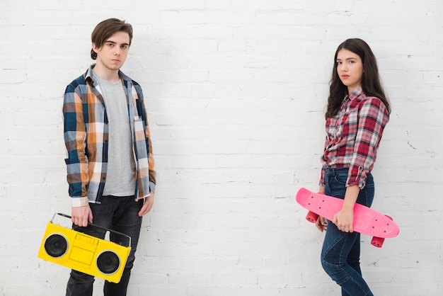 スケートとラジオのティーンエイジャー