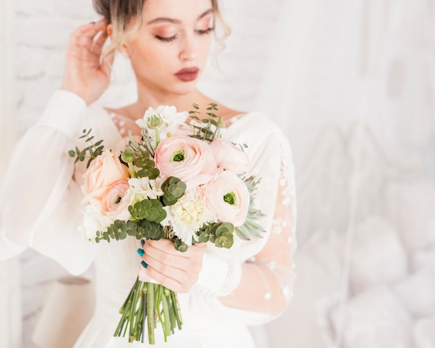 エレガントな花嫁が彼女の花束とポーズ
