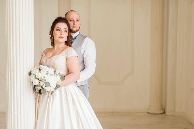 新婚夫婦のポーズのカップル