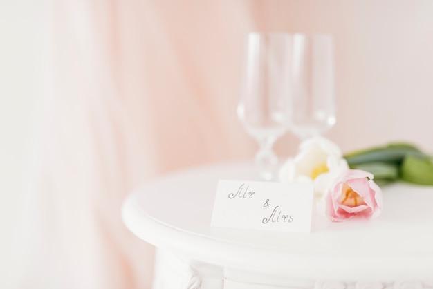 カップとテーブルの上の花