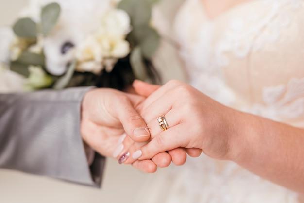 リングを交換する新婚夫婦