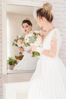 花の花束を持つ花嫁