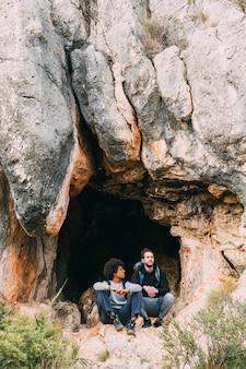 洞窟の前でハイカー