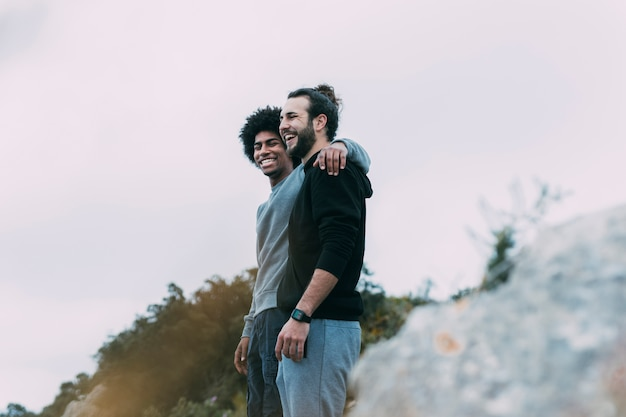 山の中の二人の友人