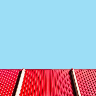 空と金属製の壁