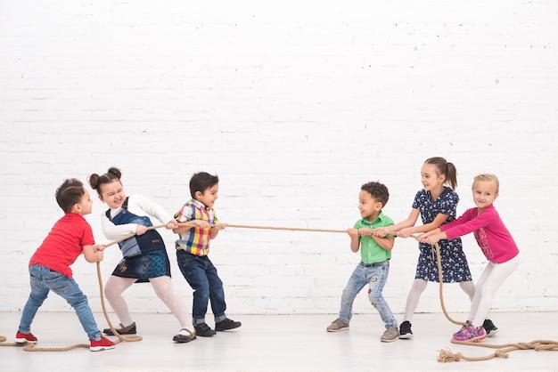 子供たちが遊ぶグループ