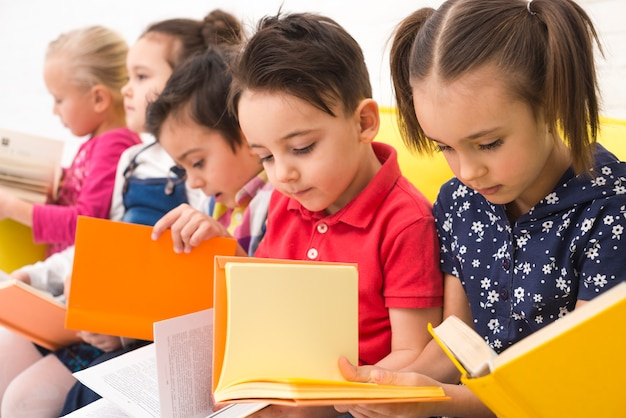 子供たちが本を読む