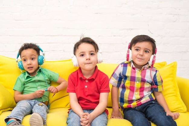 ヘッドフォンで音楽を聴く子供たち