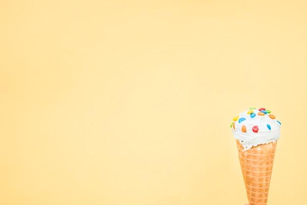 振りかけるとアイスクリームの新鮮なワッフルコーン